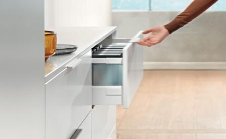 Drawer Systems with cabinet handles