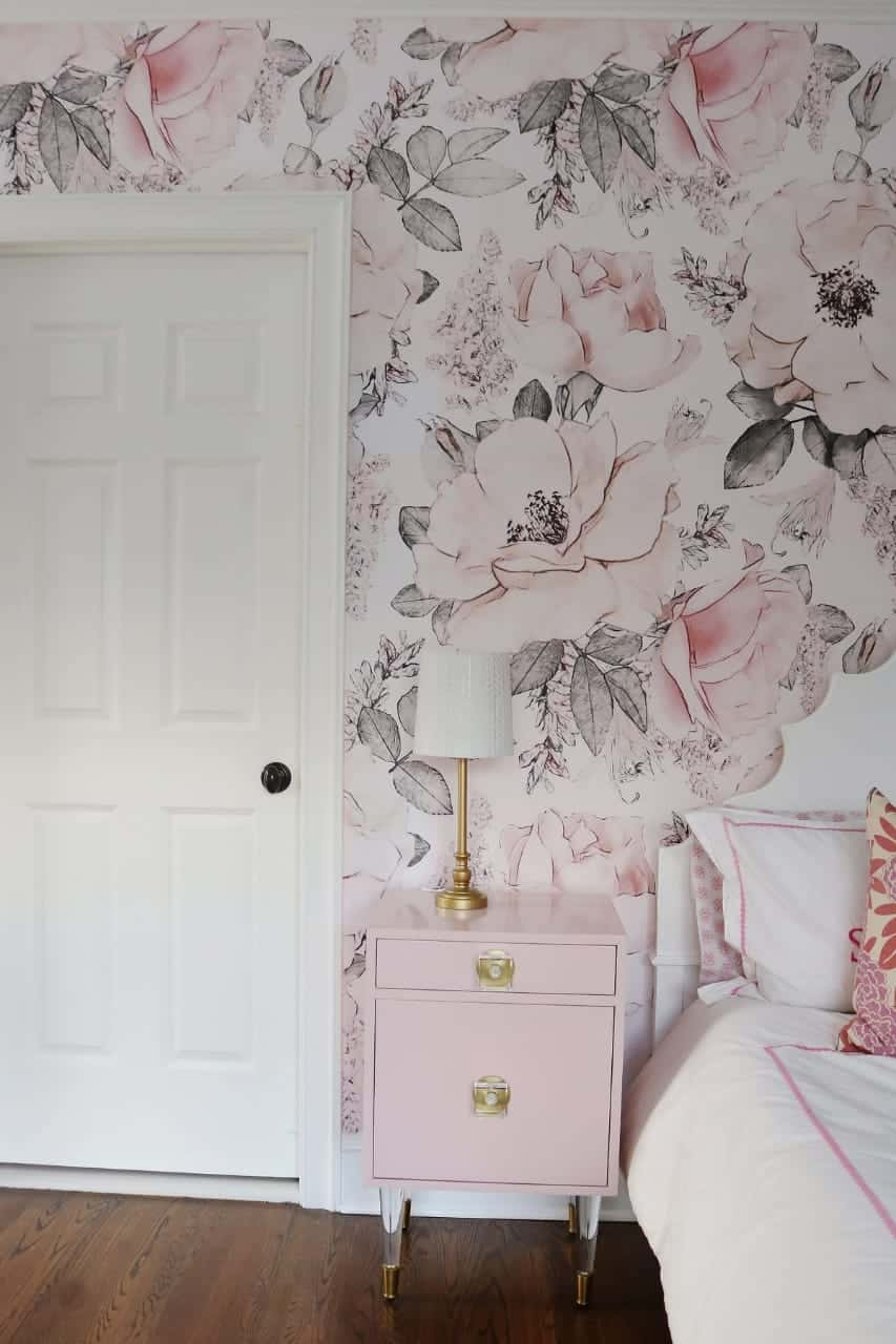Floral wallpaper with subtle tones for the bedroom